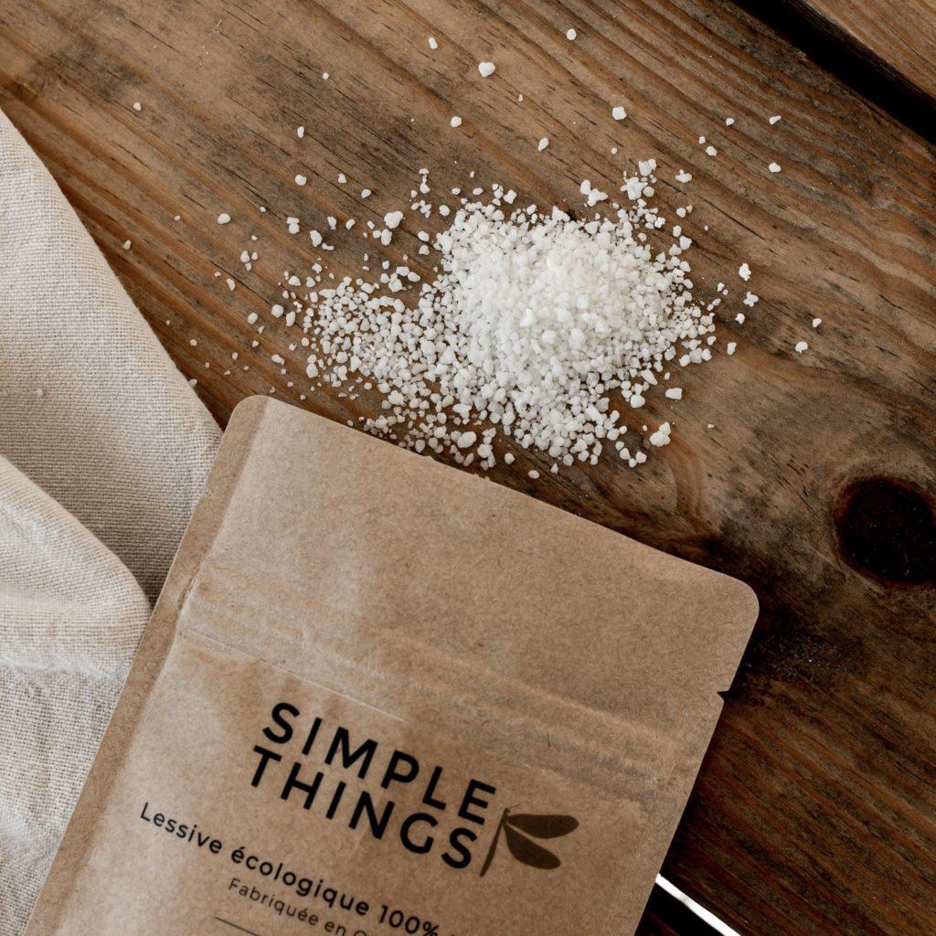 Les ingrédients de la recharge naturelle posés sur la table en bois