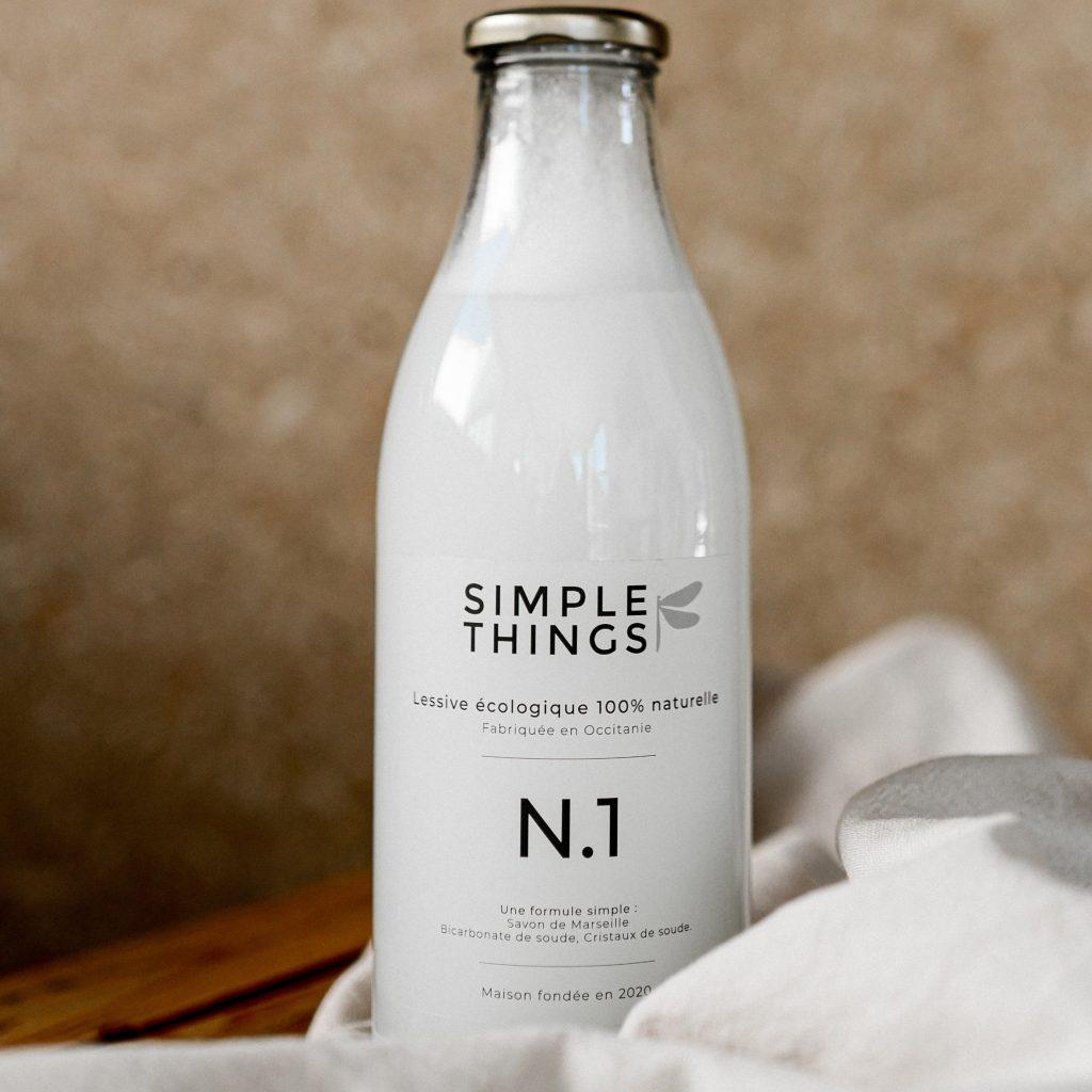Une bouteille de lessive 1 litre posée sur une table en bois