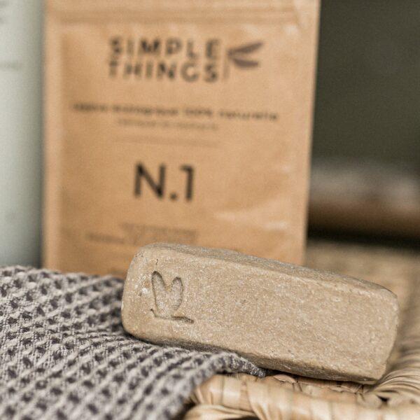 Détachant textile posé sur la table avec un torchon
