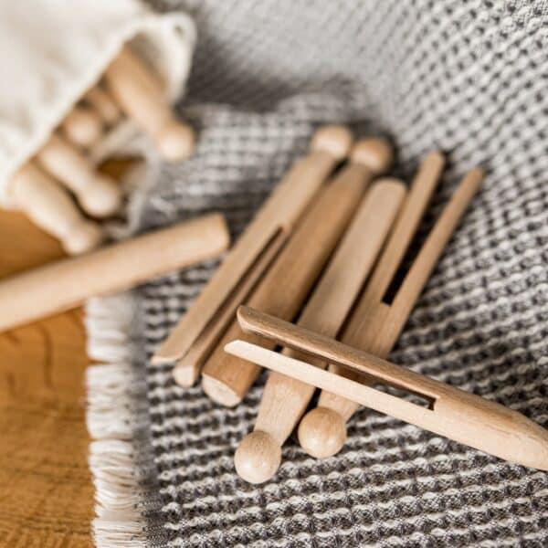 pinces a linge en bois vintage posées sur un torchon gris