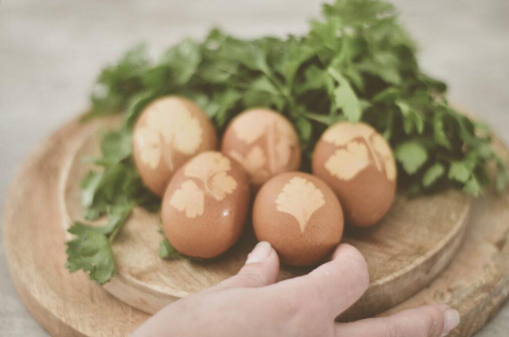 œufs de Pâques décorés naturellement
