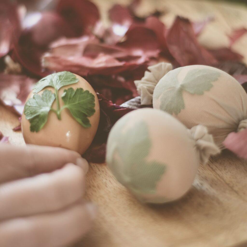 œufs de Pâques décorés au persil plat