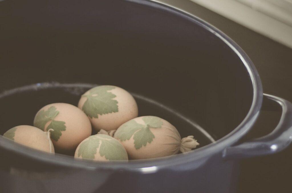 œufs de Pâques décorés naturellement déposés au fond du faitout