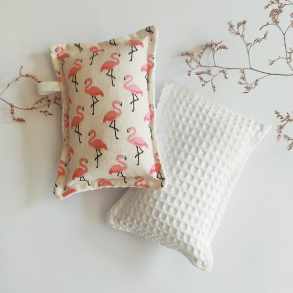 Eponge lavable et réutilisable avec imprimé flamants roses et nid d'abeille blanc