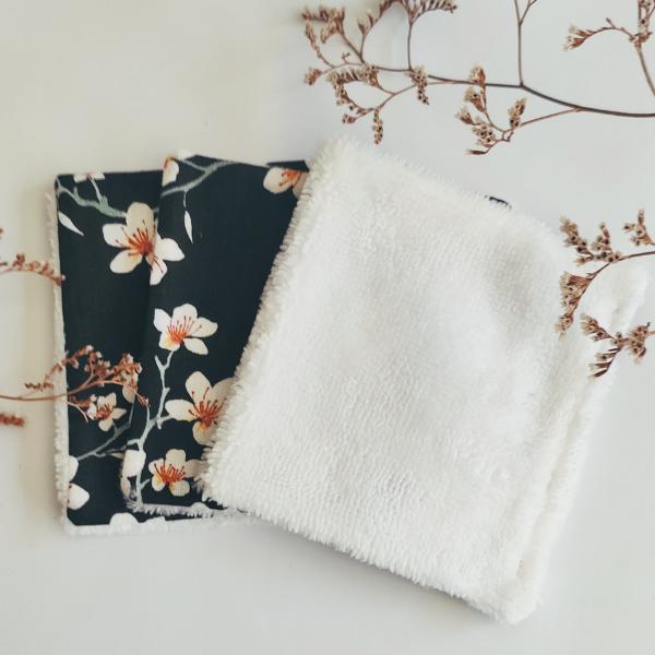 Lingettes démaquillantes avec motif fleurs blanches